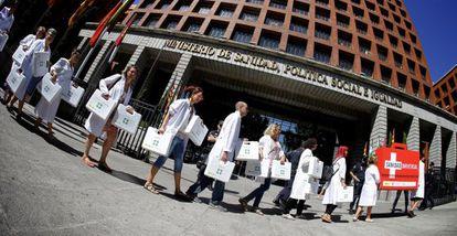 Protesta de ONG y sociedades médicas frente al Ministerio de Sanidad.