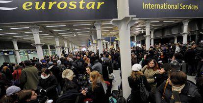 Usuarios del servicio Eurostar, que une Londres y París a través del túnel del Canal de la Mancha, en una imagen de 2009.
