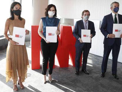 Desde la izquierda, Isabel Pardo de Vera, presidenta de Adif; Isabel Díaz Ayuso, presidente de la Comunidad de Madrid; José Luiz Martínez Almeida, alcalde de Madrid, y Álvaro Aresti, presidente de DCN, este martes en la firma del convenio de Madrid Nuevo Norte.