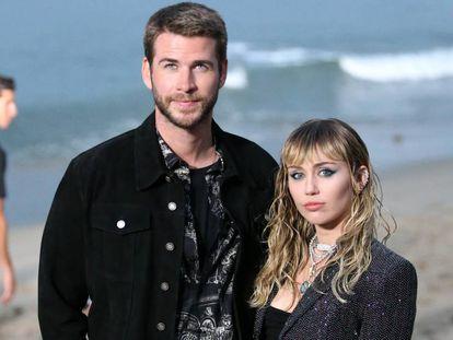 La cantante Miley Cyrus y el actor Liam Hemsworth, en California, el pasado junio.