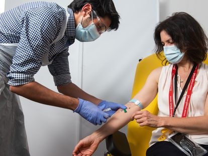 Una mujer participa en el ensayo clínico de la vacuna experimental de la Universidad de Oxford y la farmacéutica AstraZeneca.