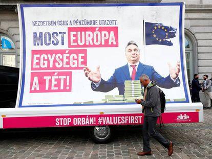 Un anuncio contra el primer ministro húngaro, Viktor Orbán, este martes frente al Parlamento europeo, en Bruselas.