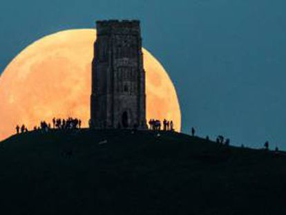 Imagen de una gran luna llena en Glastonbury Tor, Inglaterra.