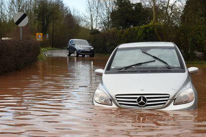 Un coche sumergido debido a las inundaciones en Newnhman Bridge, en el oeste de Inglaterra, debido a las intensas lluvias de la borrasca Dennis.