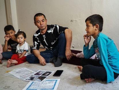 Abdulkadir y su familia proceden de la provincia de Tahar (en el noreste de Afganistán). Dos de sus hijos murieron en un bombardeo talibán y otro (en la foto), perdió la mitad de un brazo.