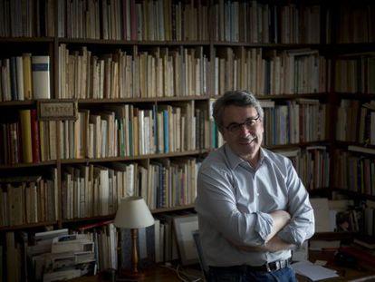 El escritor Andrés Trapiello, en su casa de Madrid.