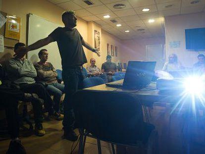 Pacientes con problemas de salud mental durante un taller, en Granada.