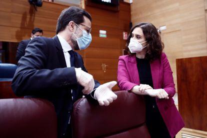 La presidenta de la comunidad de Madrid, Isabel Díaz Ayuso, junto al consejero de Hacienda Javier Fernández-Lasquetty.
