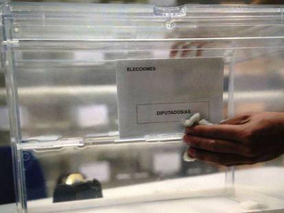Una urna electoral en un almacén de Sevilla.
