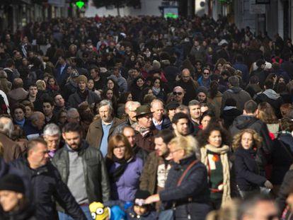 Gente caminando por la calle Preciados de Madrid.