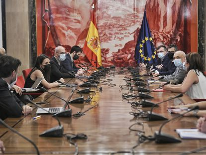 Miembros de la delegación del PSOE y de Unidas Podemos, este jueves en el Congreso.
