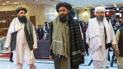 Abdulghani Baradar (centro), líder político de los talibanes, en una conferencia de paz afgana en Moscú, el 18 de marzo de 2021.