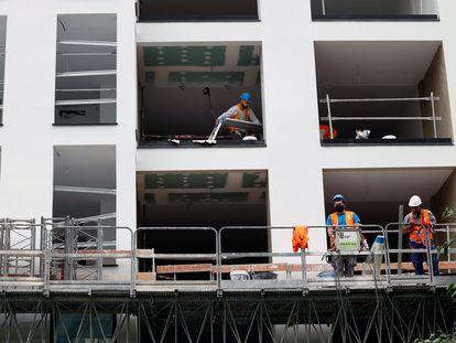 Obras de construcción de vivienda nueva en Valencia, a finales de mayo.