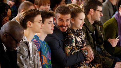 David Beckham, con sus hijos (de izquierda a derecha) Romeo, Cruz y Harper, en un desfile de Victoria Beckham en Londres en febrero de 2020.