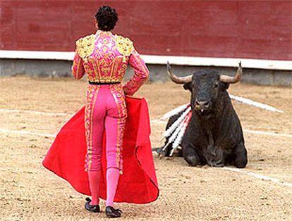 El segundo toro, inválido como casi toda la corrida, se tumba en presencia de José Luis Moreno.
