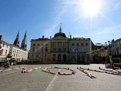 Protesta de 'intermitentes' del espectáculo, ayer ante el Ayuntamiento de Chalons-en-Champagne, al este de Francia.
