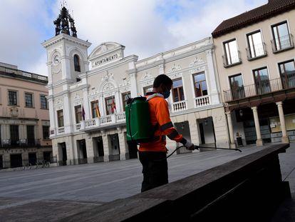 Un operario desinfecta una plaza de Guadalajara, esta mañana.