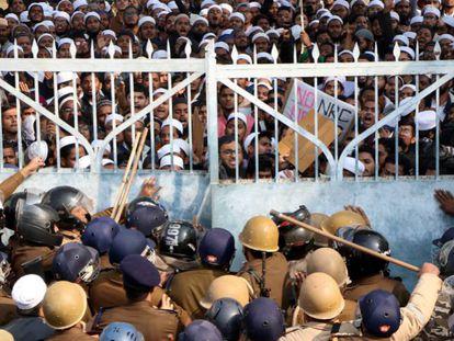 La policía intenta contener a los estudiantes de la universidad islámica Darul Uloom Nadwatul Ulama que se manifiestan en Lucknow, en el norte de India.