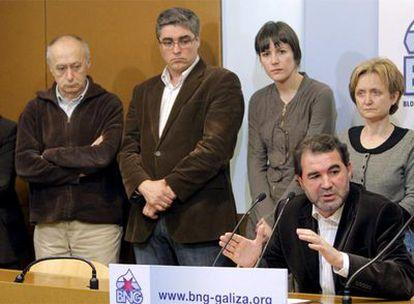 Anxo Quintana (d), acompañado por la ejecutiva del partido, durante la rueda de prensa de hoy en la que valoró el resultado de las elecciones autonómicas.