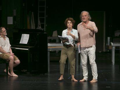 Ensayo en el Teatro de La Comedia de la obra 'Alma y palabra', que se estrena este viernes en el festival de Almagro. En la imagen, Lluís Homar, Adriana Ozores y el pianista Emili Brugalla.