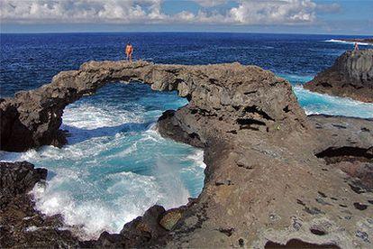 Naturaleza petrificada en el puente de lava situado en la zona del Charco Manso, en el norte de la isla.  Patio del restaurante La Higuera de Abuela, en Echedo.