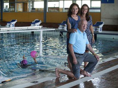 En la piscina del Club Natació Barcelona, Muriel Escalé, Esther Jaumà y César Villegas.