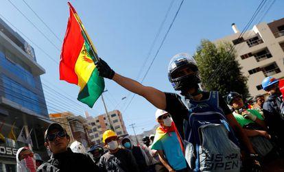 Un hombre sostiene una bandera boliviana durante una protesta de este miércoles.