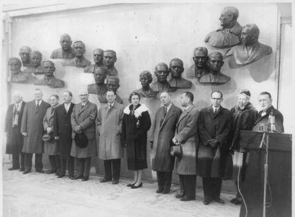 Los científicos que lideraron el esfuerzo contra la polio fueron homenajeados en la inauguración del salón de la fama de la polio el 2 de enero de 1958. En el centro se ve a Isabel Morgan. La otra mujer es Eleanor Roosevelt.