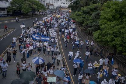 La manifestación avanzo por  la Avenida Juan Pablo Segundo en San Salvador.