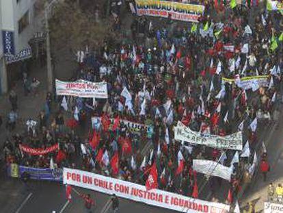 Trabajadores se manifiestan durante una jornada de protesta nacional convocada por la Central Unitaria de Trabajadores (CUT) en Santiago de Chile (Chile).