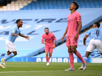 Sterling celebra el primer gol del City mientras Varane se lamenta.