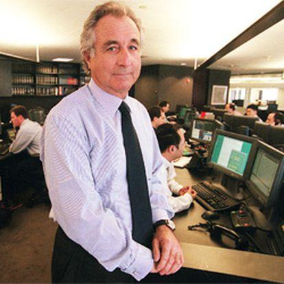 El histórico inversor de Wall Street, Bernard Madoff, ha sido detenido por el FBI acusado de estafar 50.000 millones de dólares a los inversores de uno de sus fondos de alto riesgo.