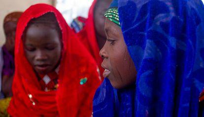 Unas adolescentes de Assaga, durante una reunión del comité de niñas.