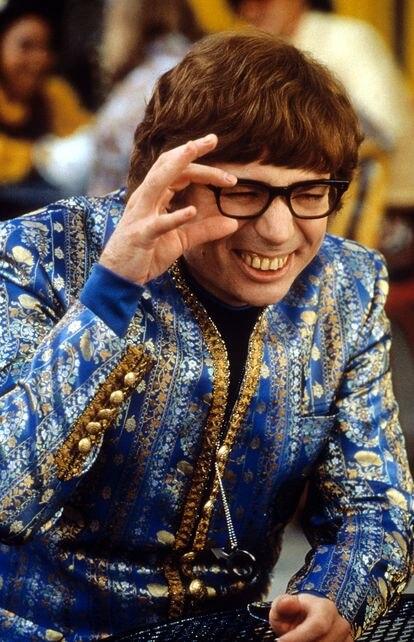 Mike Myers y sus característicos dientes falsos en 'Austin Powers: la espía que me achuchó', estrenada en 1999.
