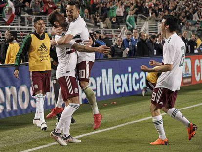 Los jugadores del Tri festejan un gol.