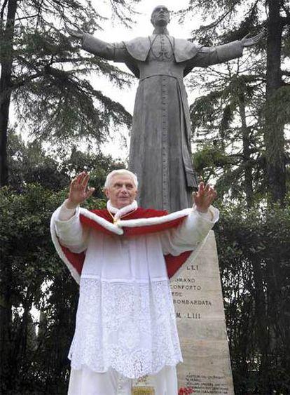 Benedicto XVI, ante la estatua de Pío XII en Roma.