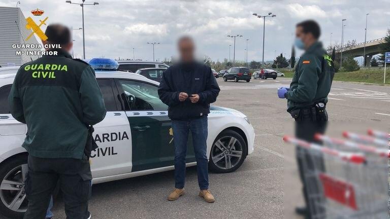 Agentes, con el sancionado, en el momento de los hechos GUARDIA CIVIL LA RIOJA 25/03/2020