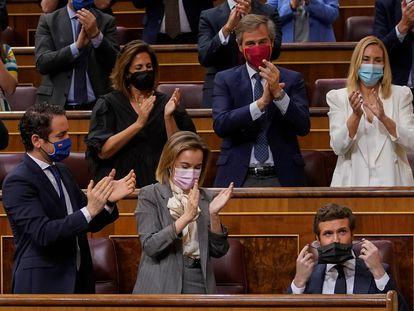 Pablo Casado es aplaudido tras su intervención, este miércoles.