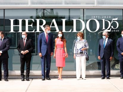 Los Reyes, en el centro de la imagen durante su visita a 'Herlado de Aragón' con motivo de su 125 aniversario.
