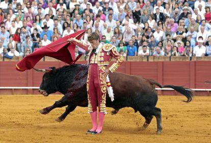 El diestro Manuel Escribano en la faena a su segundo toro en La Maestranza.