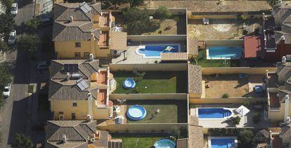 Vista aérea de viviendas y piscinas del Aljarafe en Sevilla