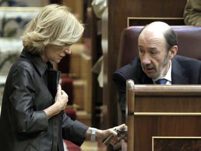 La vicepresidenta económica, Elena Salgado, y el candidato del PSOE, Alfredo Pérez Rubalcaba, conversan durante el pleno del Congreso.