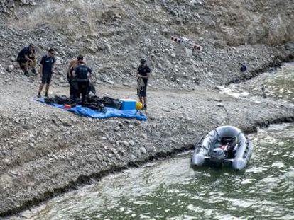 El joven, de 23 años, llevaba colgada una mochila llena de piedras, y ambos cuerpos tenían signos de violencia