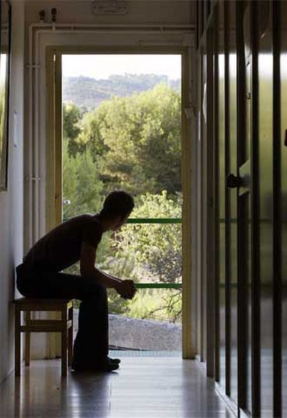 Un joven, en el centro del Proyecto Hombre en Montgat.