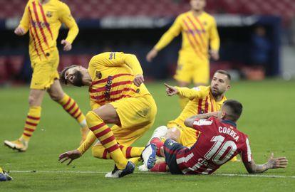 Momento en el que Correa se cae sobre Piqué y le lesiona.