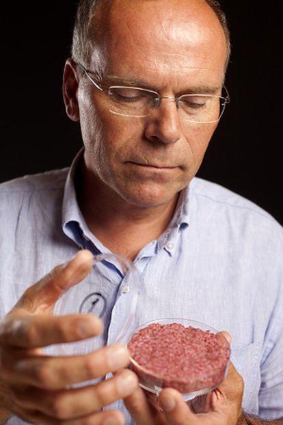 Mark Post sostiene una hamburguesa de carne cultivada en laboratorio.