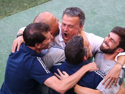 Luis Enrique celebra con sus ayudantes la clasificación de España a los cuartos de final.