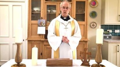 El arzobispo de Canterbury, Justin Welby, imparte una homilía desde la cocina de su residencia, el pasado abril, en Londres.