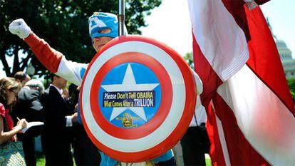 Un partidario del Tea Party disfrazado de Capitán América protesta frente al Capitolio contra el incremento del límite de deuda en EE UU.
