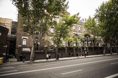 La larga fila que se produce todos los días en el comedor de las Hijas de la Caridad de San Vicente de Paul, en Madrid.